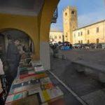 Sabrage di Marcello Lunelli tra le bancarelle di ?Libri sotto i portici? a Castel Goffredo