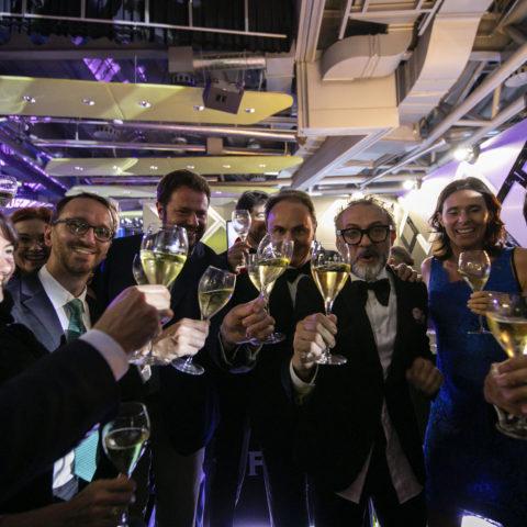 Brindisi per la vittoria di Massimo Bottura